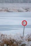 Prohibido para pescar en el lago congelado Fotos de archivo