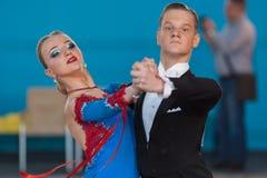 Prohorenko Dmitry et Rymchenok Valeriya exécutent le programme de la norme Youth-2 Photographie stock