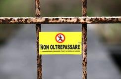 Proiba em cruzar a beira em Itália Fotografia de Stock Royalty Free