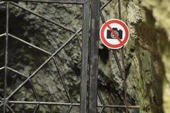 A proibição em fotografar o objeto Um sinal no metal da porta da entrada As cavernas no parque nacional Parque nacional paterno imagem de stock royalty free
