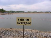 Proibir o sinal no banco do rio que banha-se é acesso proibido do limitador à água fotos de stock royalty free