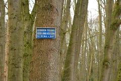 Proibito passare per le persone non autorizzate in olandese su un albero immagini stock