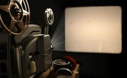 Proiettore di pellicola con il blocco per grafici in bianco Fotografia Stock Libera da Diritti