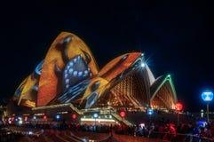 Proiezione aborigena di motivi dei tetti del teatro dell'opera Fotografia Stock