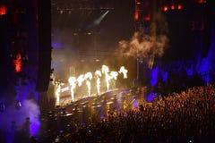Proiezione della fiamma del fuoco al concerto in tensione Immagini Stock