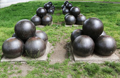 Projéteis para E.U. canhão do Rodman de 20 polegadas no memorial de guerra civil na área de Ridge da baía Fotos de Stock