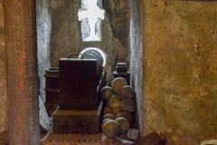 Projéteis para os canhões romanos no museu do Sant 'Angelo Castle Italy foto de stock