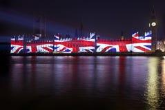Projeção da bandeira de união nas casas do parlamento Imagens de Stock