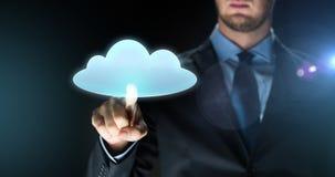 Projeção virtual tocante da nuvem do homem de negócios Fotografia de Stock