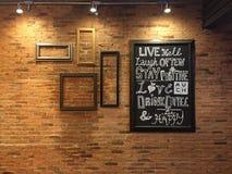 Projecteur avec le tableau sur le rétro mur de briques Photos stock
