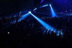 Projecteur bleu sur le concert Photo stock