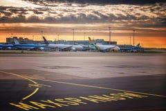 Projecteur d'atterrissage Inscriptions directionnelles de signe sur le macadam de la piste à un aéroport commercial Image stock