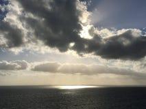 Projecteur de coucher du soleil de soirée sur la mer des Caraïbes Images stock
