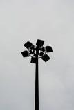 Projecteur de silhouette dans le jour nuageux Photos stock