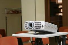 Projecteur sur le stand prêt pour la présentation au bureau Image libre de droits