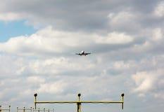 Projecteurs d'atterrissage de approche d'avion Photos stock
