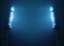 Projecteurs de stade contre le ciel de nuit foncé Images stock