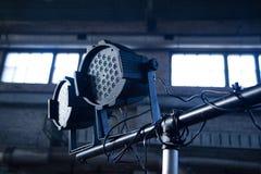 Projecteurs de théâtre sur la pièce industrielle noire avec des fenêtres photographie stock libre de droits