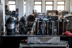 Projecteurs endommagés d'étape dans un théâtre abandonné Photos libres de droits
