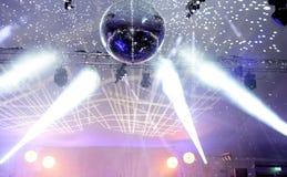 Projecteurs et boule reflétée de disco photo libre de droits