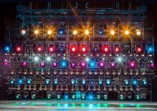 Projecteurs et matériel d'éclairage pour le théâtre Lumières multicolores Photographie stock libre de droits