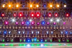 Projecteurs et matériel d'éclairage pour le théâtre Lumières multicolores Image stock