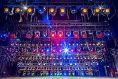 Projecteurs et matériel d'éclairage pour le théâtre Lumières multicolores Photos stock