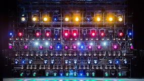 Projecteurs et matériel d'éclairage pour le théâtre Lumières multicolores Photo libre de droits