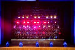 Projecteurs et matériel d'éclairage pour le théâtre Lumières multicolores Images stock