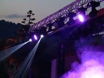 Projecteurs lumineux bleus abstraits dans l'étape d'air ouvert Photographie stock libre de droits