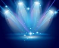 Projecteurs magiques avec les rayons bleus et l'effet rougeoyant Photo stock