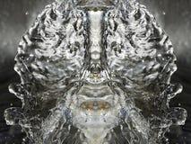 projectile de baisse en cristal éclaboussant l'eau Photos stock