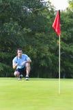 Projectile de golf de garniture d'homme - verticale Photo stock