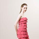 Projectile de jeune femme élégante dans la robe rouge froncée Images libres de droits