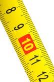 Projectile de plan rapproché de bande de mesure en métal jaune Images stock