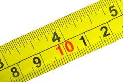 Projectile de plan rapproché de bande de mesure en métal jaune Images libres de droits