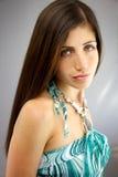 Projectile moyen de beau modèle femelle sérieux Image libre de droits