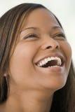 Projectile principal du sourire de femme Images stock