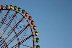 Projectile proche de roue de ferris d'arc-en-ciel Photo libre de droits