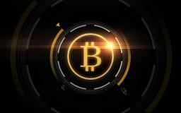 Projection de bitcoin d'or au-dessus de fond noir Image stock