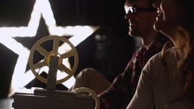 Projection de film de regard d'homme et de femme banque de vidéos