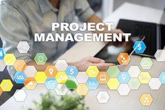Projectleidingsconcept, tijd en personeel, risico's en kwaliteit en communicatie met pictogrammen over het virtuele scherm stock foto