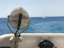 Projectoa, potężna lampa, ferrimous metalu m potężna lampa wspinał się na carob na tle morze, ocean, woda zdjęcie royalty free
