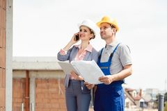 Projectontwikkelaar en bouwvakker op plaats royalty-vrije stock afbeelding