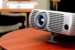 Projector bij bureaulijst royalty-vrije stock afbeelding