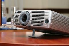 Projector bij (horizontale) bureaulijst stock afbeeldingen