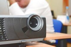 Projector bij (horizontale) bureaulijst Stock Foto