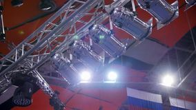 Projector Muitos projetores que iluminam a fase em um concerto Encene o projetor com raios do laser na conferência do evento vídeos de arquivo