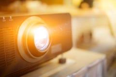 Projector op de financiële vergadering in company' wordt voorgesteld die; s me stock fotografie