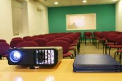 Projector op lijst met erachter stoelen (horizontaal) Stock Fotografie